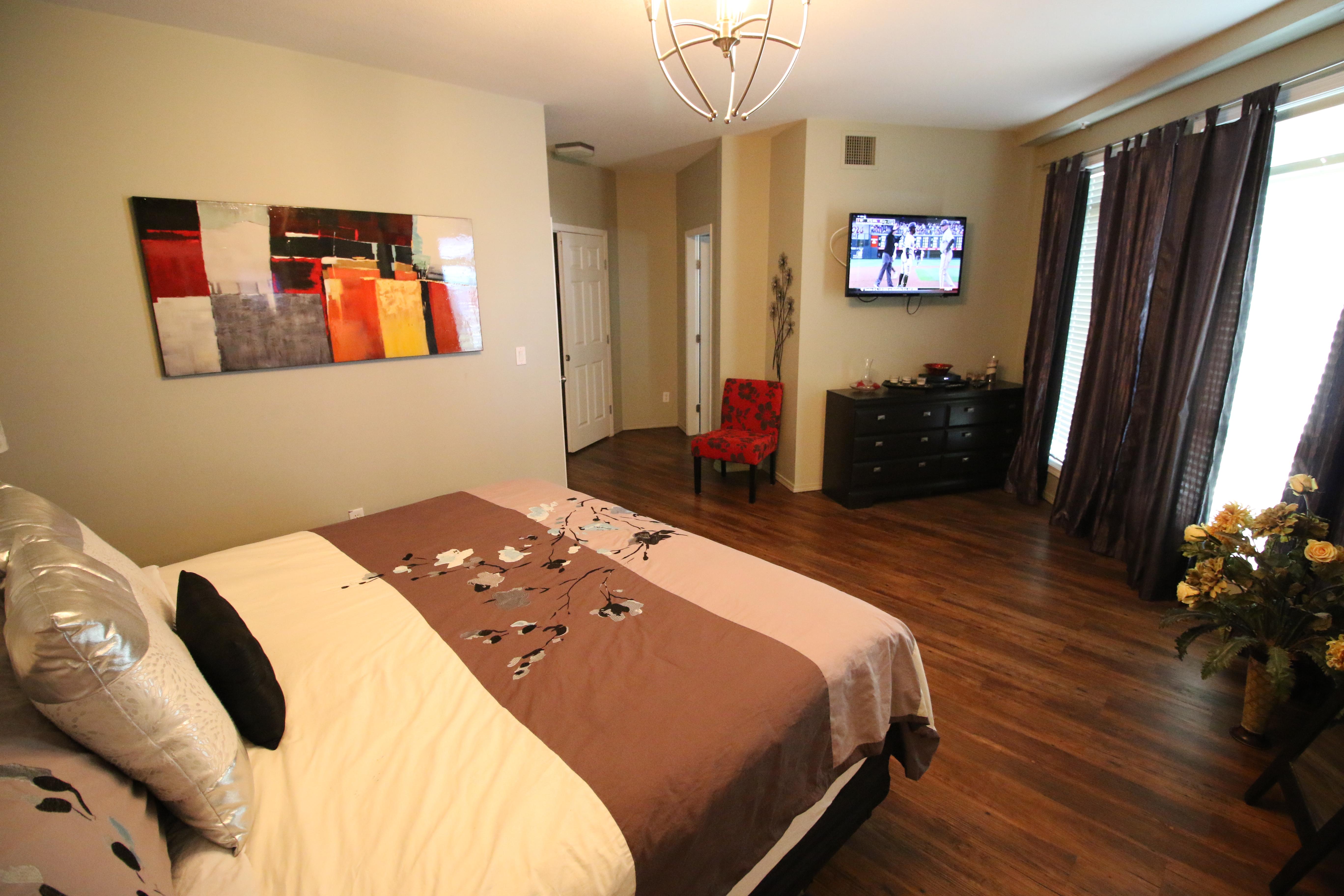 Db436 Master Bedroom View Of Entrance And Bath Kelowna Resort